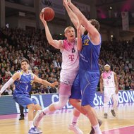 Aaron White / Telekom Baskets Bonn vs. Kenneth Frease / Basketball L