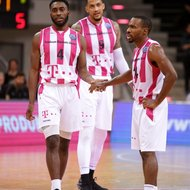 Ron Curry, Julian Gamble, Josh Mayo / Telekom Baskets Bonn nvs. Nanterre 92 , Basketball Champions League BCLFoto: J