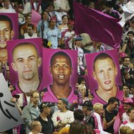 26./27.04.2003 Berlin Max-Schmeling-Halle Basketball TOP4-Turnier (Basketball-Pokal) ; 2. Halbfinale ; Telekom Baskets Bonn - RheinEnergy Cologne ; Fans ; Teamvorstellung